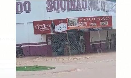 Jaru: Comerciante tem prejuízos com alagamento em mercado após intensa chuva