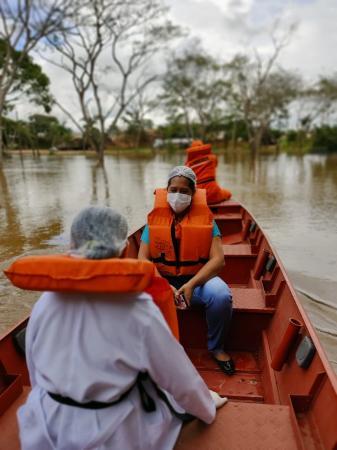 Enfermeiras e Corpo de Bombeiros visitam morador isolado pela cheia do Rio Jaru