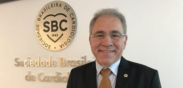 Após nove meses com general, Brasil volta a ter um médico como ministro da Saúde